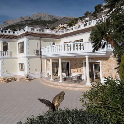 Construcción vivienda unifamiliar estilo clásico.