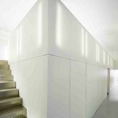 Aseos y cocina superior aprovechando la altura en oficinas de Arena Media en Madrid