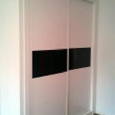 armario 2 puertas correderas con cristal opaco en el centro.