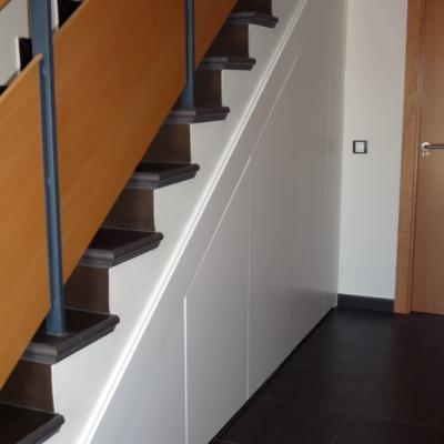 armario bajo escalera lacado II