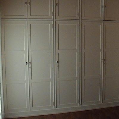 armario con bastidores en blanco