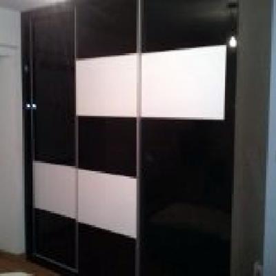 armario de tres puertas en brillo.
