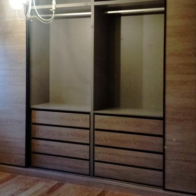 armario empotrado madera, cajonera y barra