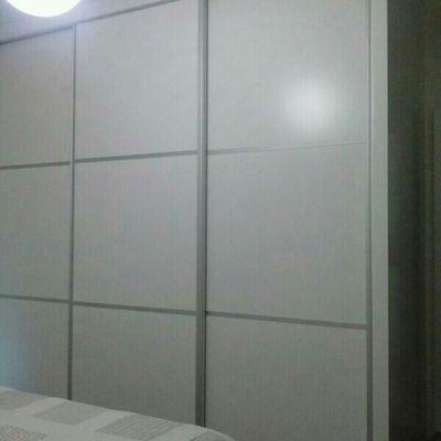 armario moderno con detalles en aluminio