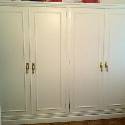 Armario y puertas lacadas en blanco.