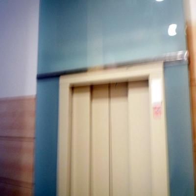 Ascensor rematado con vidrio.