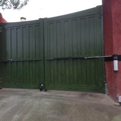Automatización puerta abatible doble de aluminio.