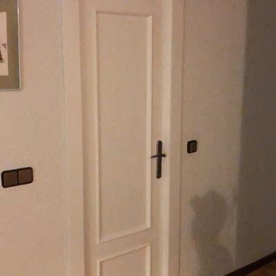 Reconstrucción de puerta de baño y pintado