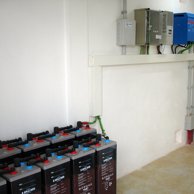 Banco de baterias y regulación instalación solar fotovoltaica aislada.
