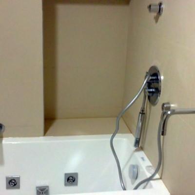 bañera con grifos empotrados