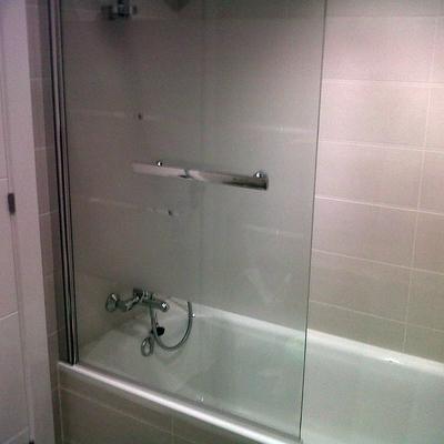 baño 2 personalizado con bañera y manpara cristal
