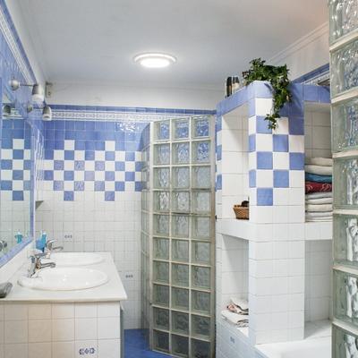 Baño amplio iluminado con dos Solatubes