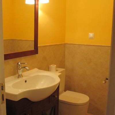 baño con azulejo colocado en rombo