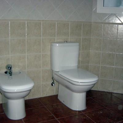 Baño con azulejos 20x20