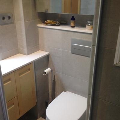 baño con mueble a medida de haya y wc suspendido