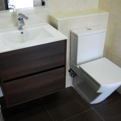 Baño con mueble suspendido
