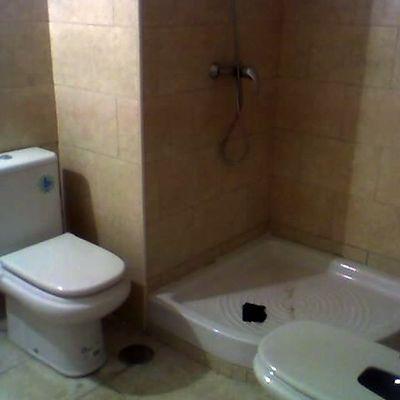 Baño de buhardilla convertida en apartamento individual