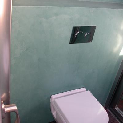 Baño microcemento color verde musgo