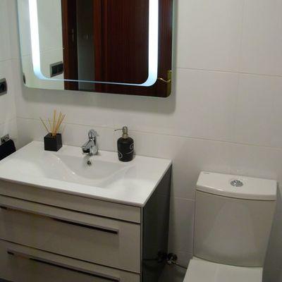 Baño moderno con mueble luz led