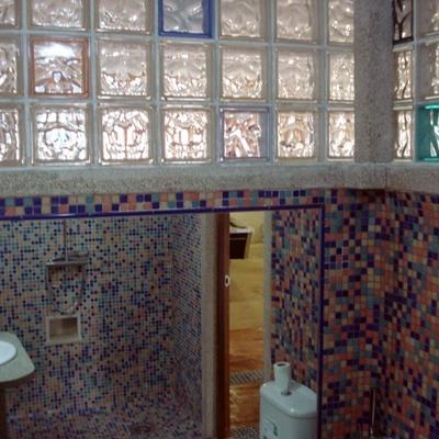 Baño nuevo con pavés de colores