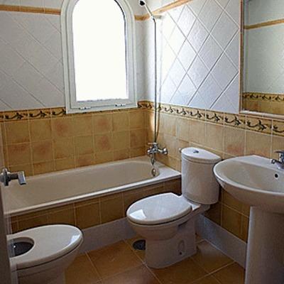 Baño Reformado estilo rustico .
