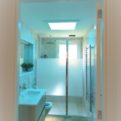 baño con luz color azul