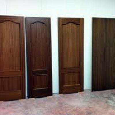 Barnizado de puertas y muebles de madera.