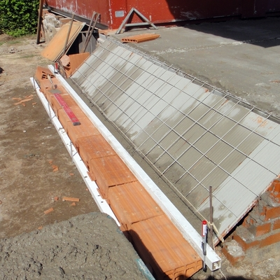 Base de escalera de hormigón y ladrillo