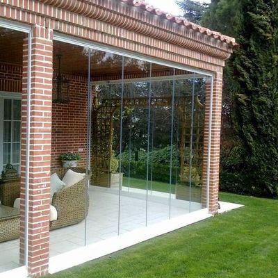 Terraza con cerramiento abatible de cristal templado 10mm