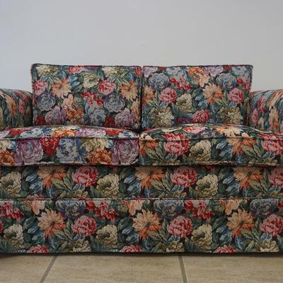 Sofá con tela en flores