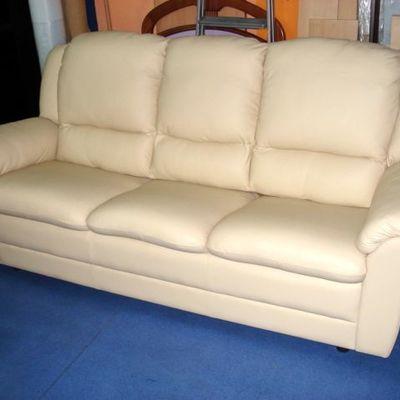 bonito sofá en piel
