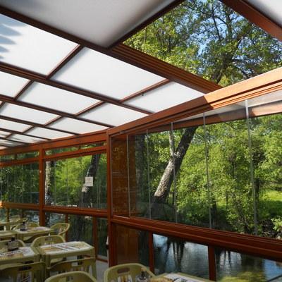 Instalación de Cortinas de Cristal con Techo Móvil en un Restaurante