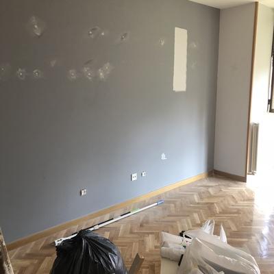Pared pintada en pintura lisa color gris con aplicaciones de aguaplas
