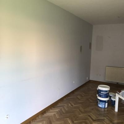 Aplicación de pintura blanca y semitendido de aguaplast y aquil para prepar pared para pintar