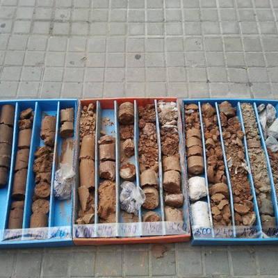 Cajas de muestras de perforación en rellenos y arcillas