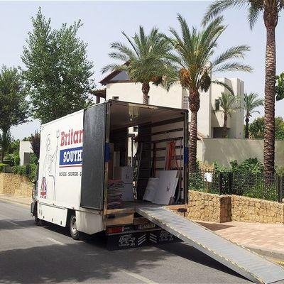 Camión de mudanzas con rampa