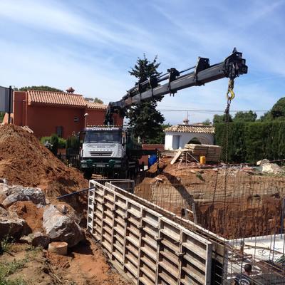 camion grua colocando chapas muro