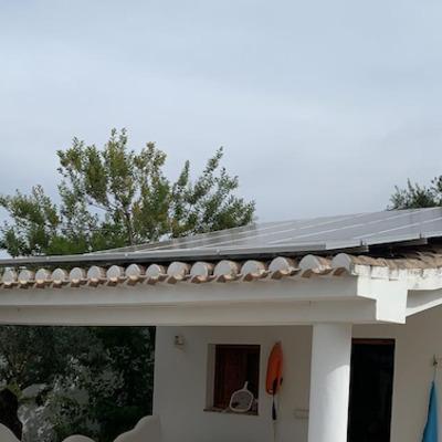 Placas solares en el merendero de la piscina en Cortijo del Aire , Granada