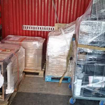 Càrrega camió amb material d'oficina