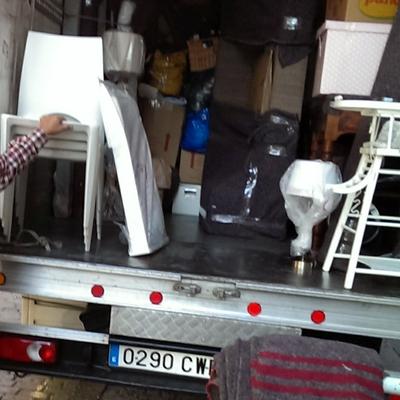 Cargando los enseres de la mudanza al camión.