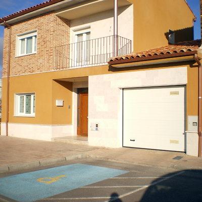 Carpinteria de PVC y Puerta de garaje en vivienda unifamiliar