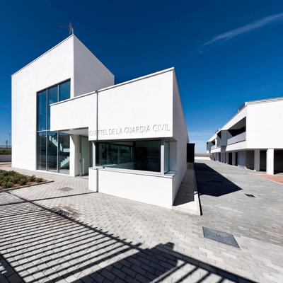 Equipamiento y edificio residencial