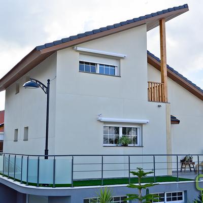 Casa de madera mixta de dos plantas