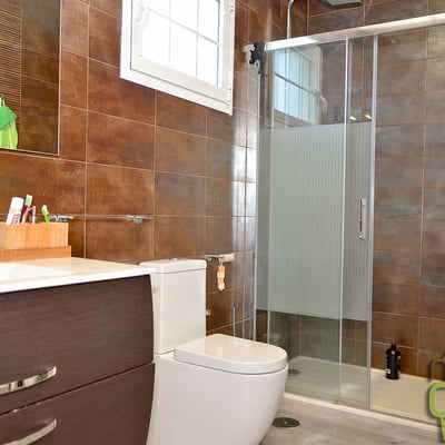 Baño de dormitorio casa de madera mixta dos plantas