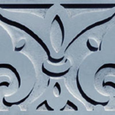Cenefa tallada en azul