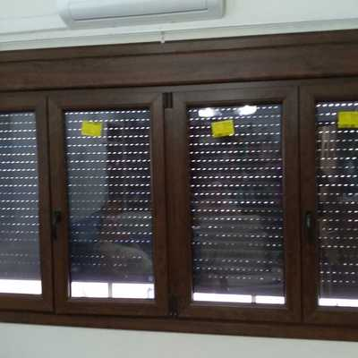 Cerramiento en PVC foliado en color nogal.
