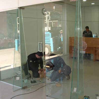Cerramiento con puertas de vidrio