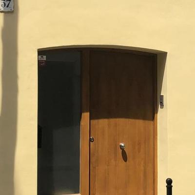 Cerramiento de puerta de entrada con vidrio traslucido
