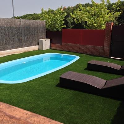 Césped artificial alrededor de piscina