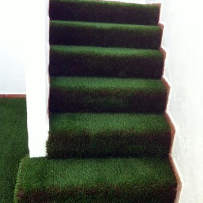 cesped artificial en escaleras